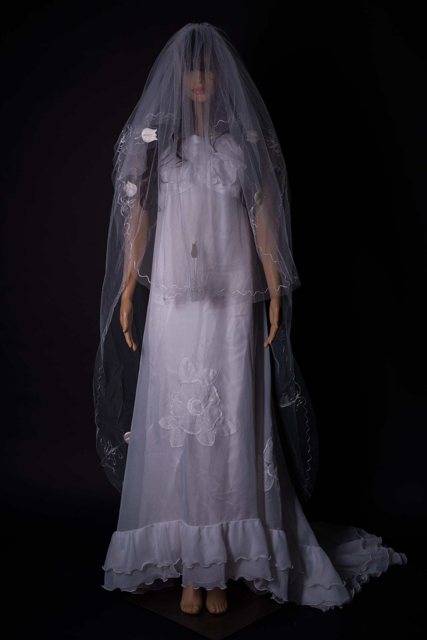 Weisses Brautkleid mit Schleier