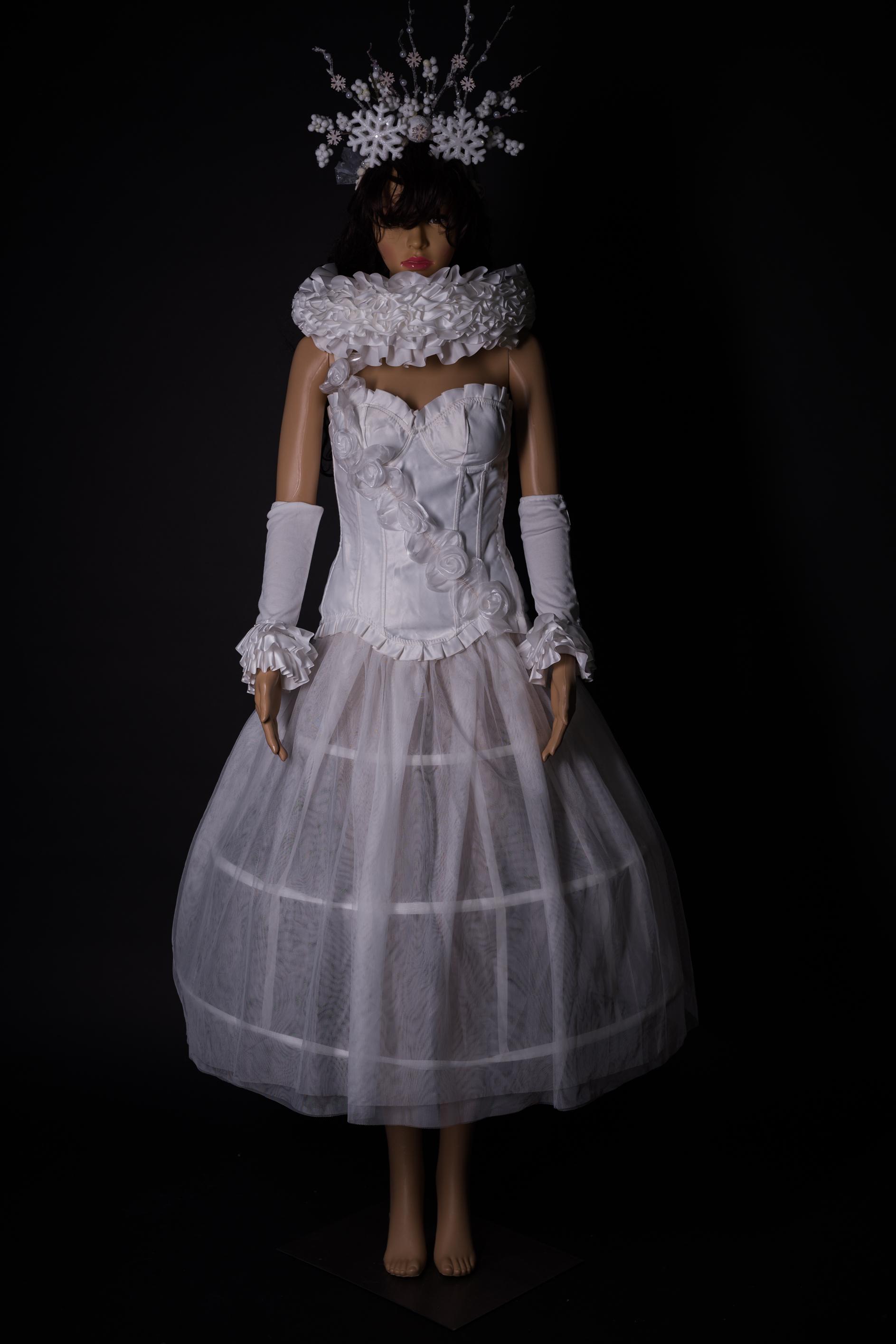 Weisses Barrock Kleid mit Zubehör