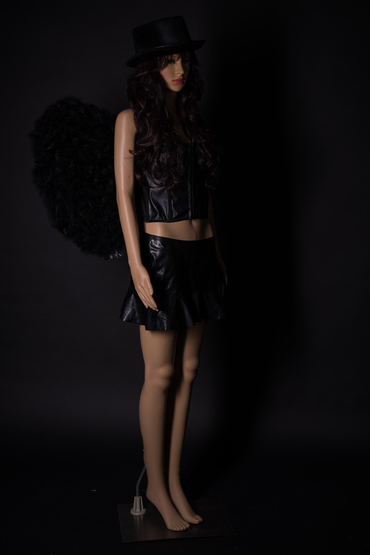 Schwarzes Engeloutfit mit Flügel und Perrücke