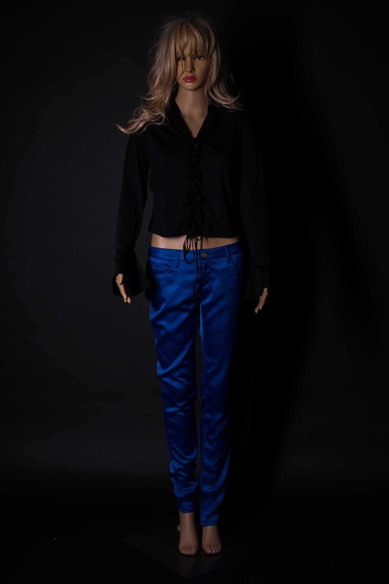 schwarzes Oberteil mit Royalblaue Satinhose
